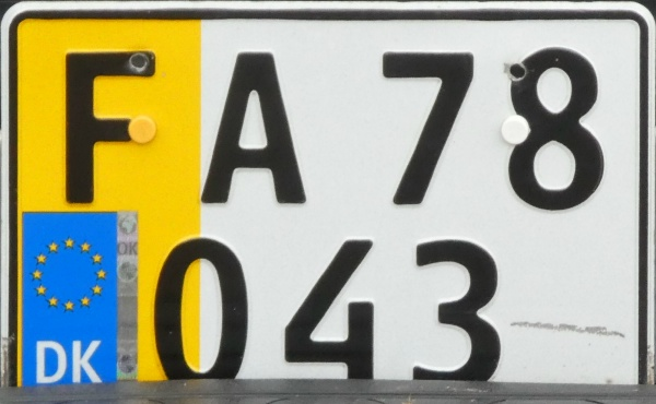 Denmark former private goods vehicle series one double line plate close-up FA 78043.jpg (102 kB)